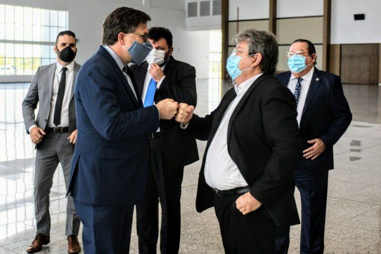 João Azevêdo apresenta projeto do Polo Turístico a embaixador e cônsul dos EUA