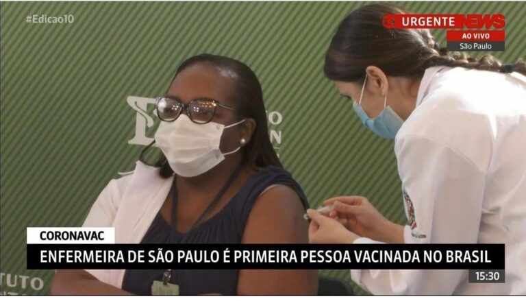 Após aprovação da ANVISA, a enfermeira Mônica Calazans, de 54 anos, foi a primeira pessoa a receber a vacina Coronavac no Brasil.