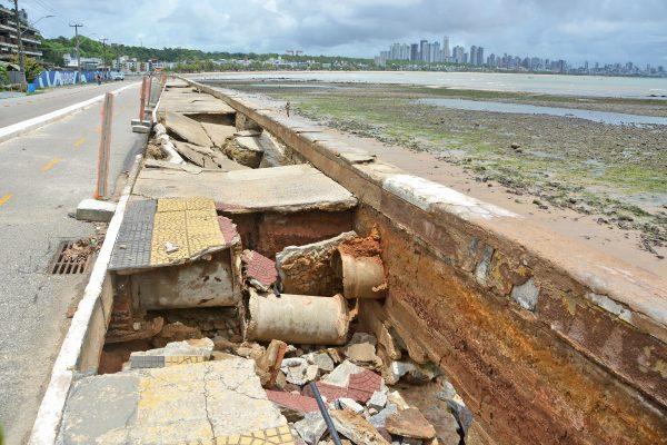 Prefeitura inicia processo para reconstruir trecho rompido da calçadinha de Cabo Branco