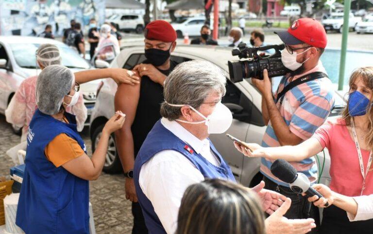 João Azevêdo acompanha início de vacinação das forças de Segurança e anuncia chegada de novas doses para imunizar profissionais