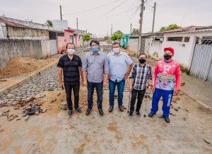 Leo Bezerra visita obras de pavimentação no Bairro das Indústrias
