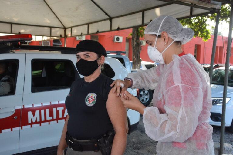 Forças de segurança seguem vacinação com novo lote de vacinas: meta é imunizar todo efetivo até a próxima semana