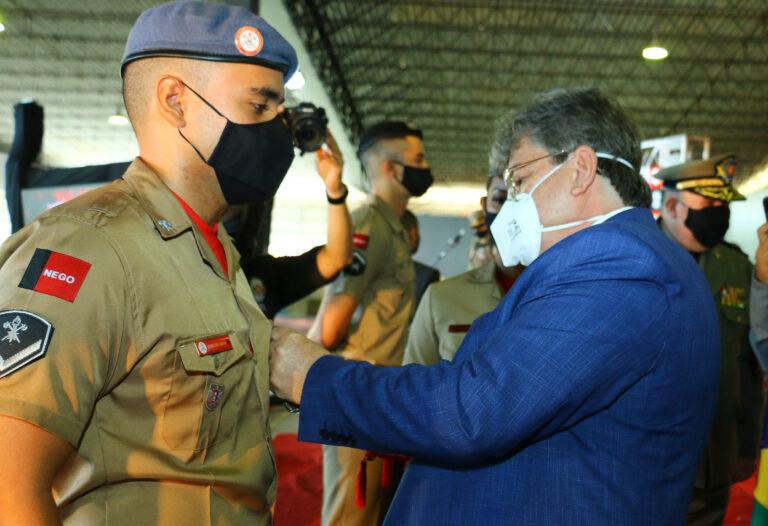 Em Campina Grande, governador João Azevêdo prestigia solenidade de formatura de soldados da Polícia Militar e do Corpo de Bombeiros