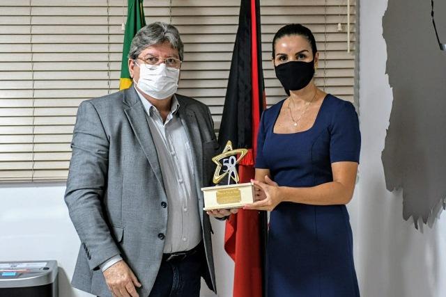 Governador João Azevêdo é homenageado com troféu Jubileu de Ouro do Unipê